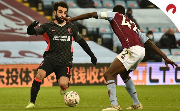 Mohamed Salah regatea a un jugador del Aston Villa