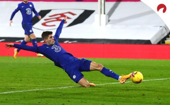 Christian Pulisic se lanza para tratar de marcar en un duelo previo al que enfrentará a Chelsea contra Leicester