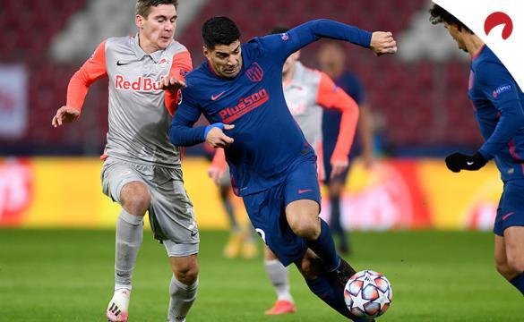 Luis Suárez pelea un balón en un partido de la Champions. Encuentra las cuotas para el Eibar Vs Atlético de Madrid en este análisis.