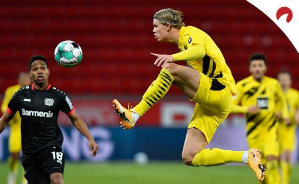 Eric Haaland controla una pelota ante el Leipzig, antes del próximo Mönchengladbach Vs Borussia Dortmund