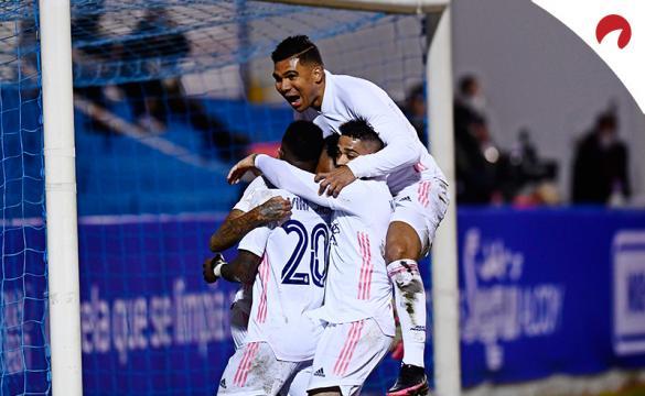 Casemiro abraza a Militao tras marcar un gol en el duelo anterior al próximo Alavés Vs Real Madrid
