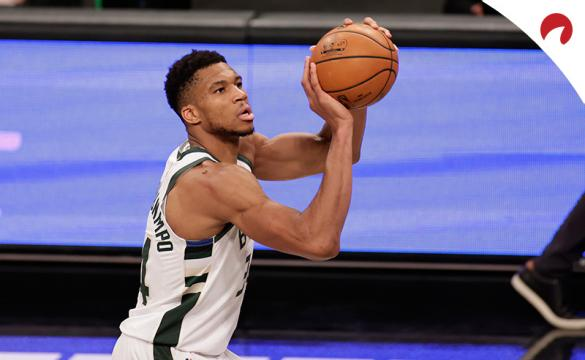 Giannis Antetokounmpo se dispone a anotar antes del Milwaukee Bucks Vs Los Angeles Lakers