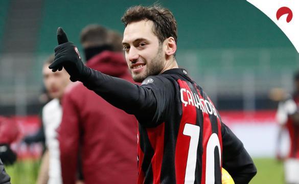 Hakan Calhanoglu celebra un gol antes del próximo AC Milan Vs Atalanta