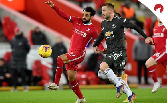 Mohamed Salah pelea por un balón en un partido previo al Manchester United Vs Liverpool de la FA Cup