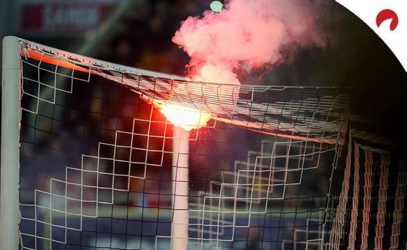 Una bengala arrojada en una portería en un partido previo al Chivas Guadalajara Vs FC Juárez del Guardianes 2021