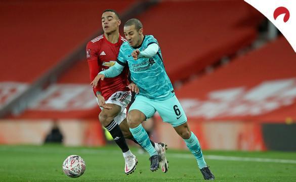Thiago Alcántara disputa una pelota en un duelo previo al próximo Tottenham Vs Liverpool de la Premier League.