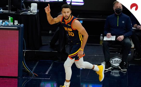 Stephen Curry celebra una canasta en un deulo previo al próximo Phoenix Suns Vs Golden State Warriors