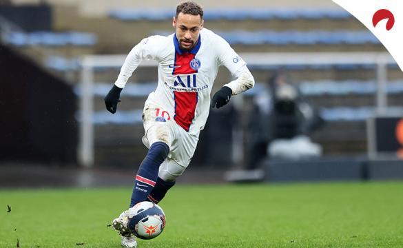 Neymar Jr. conduce un balón en carrera en un partido previo al Marsella Vs PSG de la Ligue 1