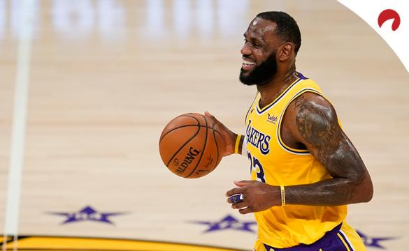 LeBron James sonríe antes de driblar en un partido previo al Los Angeles Lakers Vs Oklahoma City Thunder de la NBA