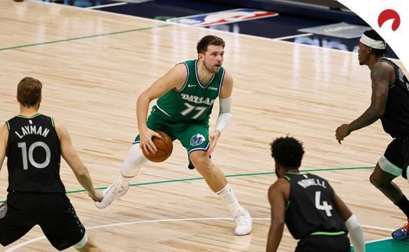 Luka Doncic prepara una jugada. El jugador estará disponible en el próximo Dallas Mavericks Vs Atlanta Hawks de la NBA