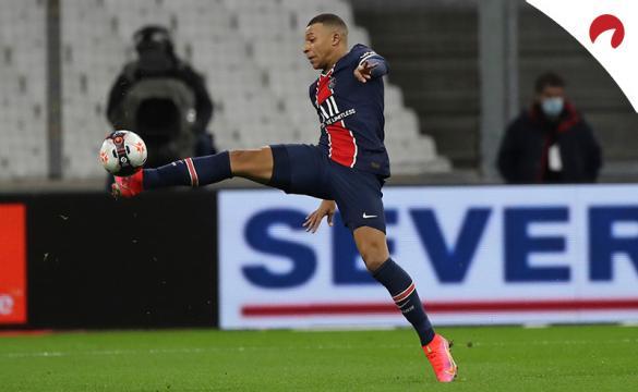 Kylian Mbappe controla un balón. El jugador tratará de lograr un nuevo triunfo en el próximo PSG Vs Niza de la Ligue 1.