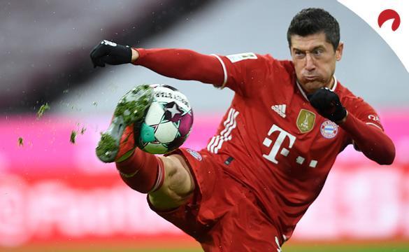 Robert Lewandowski realiza un despeje. Encuentra las cuotas y los pronósticos del Eintracht Frankfurt Vs Bayern Múnich