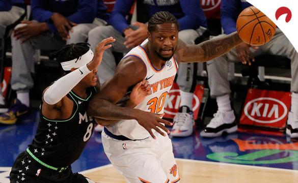 Julius Randle trata de driblar. Conoce las cuotas y los pronósticos para el Knicks Vs Warriors de la NBA.
