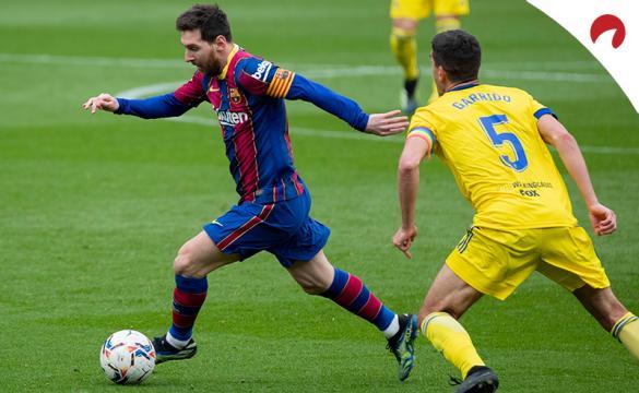 Messi corre con el balón. Conoce los pronósticos y cuotas para el Barcelona Vs Elche de LaLiga.