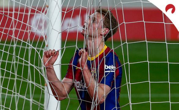 Frenkie de Jong se agarra a la red de la portería. Conoce las cuotas y pronósticos del Sevilla Vs Barcelona de LaLiga.