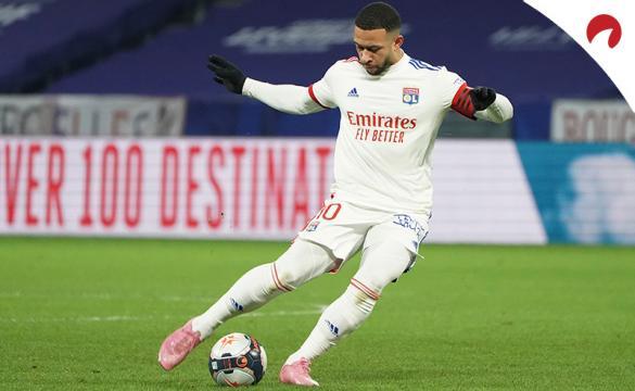 Memphis Depay controla un balón en un partido de la Ligue 1. Conoce las cuotas par el próximo Marsella Vs Lyon.