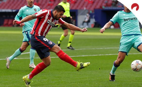 Luis Suárez dispara a portería. Encuentra las cuotas para el Villarreal Vs Atlético de Madrid de LaLiga Santander.