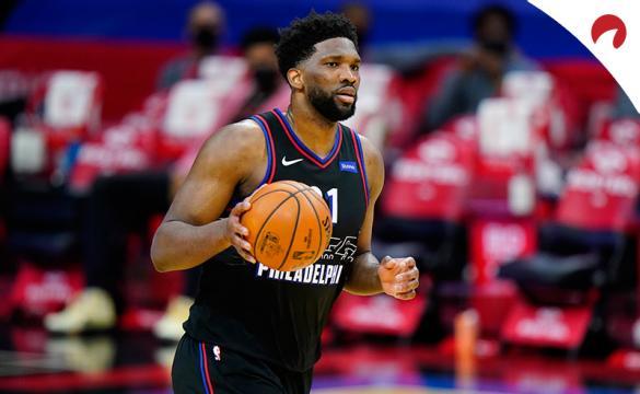 Joel Embiid maneja el balón en un partido ante los Cavaliers. Conoce las cuotas del próximo 76ers Vs Pacers de la NBA.