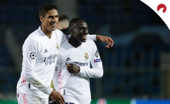 Varane y Mendy celebran un gol. Conoce los pronósticos y las cuotas del Real Madrid Vs Real Sociedad de LaLiga.