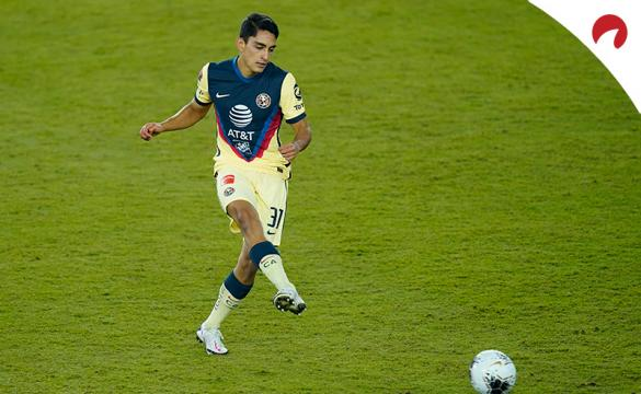Santiago Naveda realiza un pase. Encuentra las cuotas y pronósticos para el próximo Tijuana Vs Club América de Liga MX.