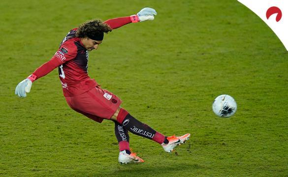 Guillermo Ochoa despeja un balón. Conoce las cuotas para el próximo Club América Vs Club León del Guardianes 2021