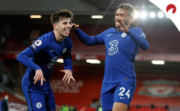 Mason Mount celebra un gol anotado frente al Liverpool. Conoce las cuotas y pronósticos para el Chelsea Vs Everton.