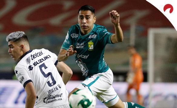 José Ramírez trata de disparar a gol. Encuentra las cuotas y los picks para el Monterrey Vs Club León en este análisis.