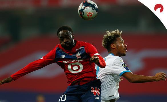Jonathan Ikone disputa un balón aéreo. Encuentra las cuotas y los pronósticos del Mónaco Vs Lille de la Ligue 1.