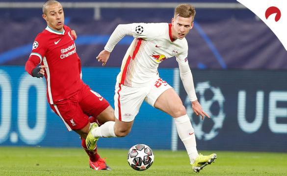 Dani Olmo regatea a Thiago en su último partido ante Liverpool. Conoce las cuotas del RB Leipzig Vs Eintracht Frankfurt