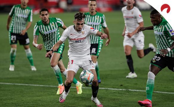 Munir trata de regatear a los defensas del Betis. Conoce las cuotas para el Sevilla Vs Betis de LaLiga y los pronósticos