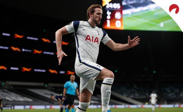Harry Kane salta para celebrar un gol. Encuentra los pronósticos y las cuotas actualizadas para el Arsenal Vs Tottenham.