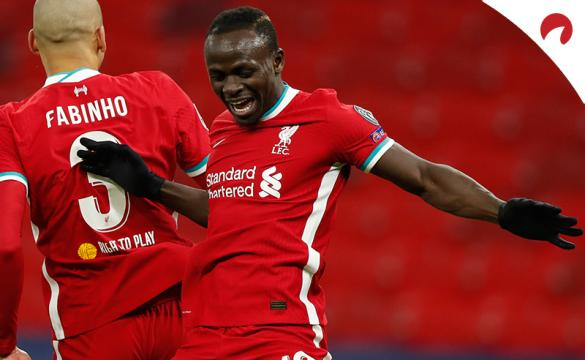 Sadio Mane celebra un gol con Fabinho. Conoce las cuotas en este análisis del Wolverhampton Vs Liverpool.