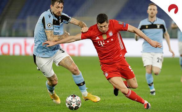 Francesco Acerbi y Robert Lewandowski disputan un balón. Conoce las cuotas y pronósticos del Bayern Múnich Vs Lazio.