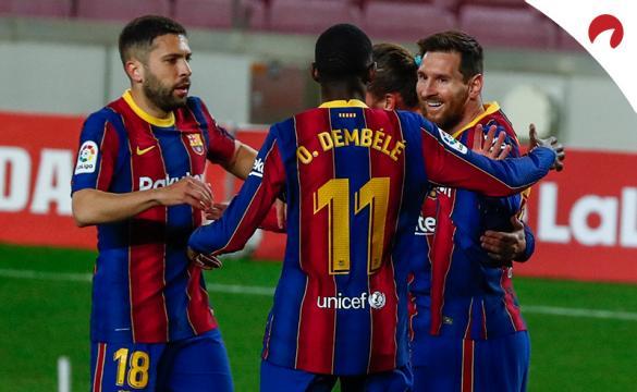 Messi y Jordi Alba celebran un gol junto a otros compañeros. Conoce las cuotas del Real Sociedad Vs Barcelona de LaLiga.