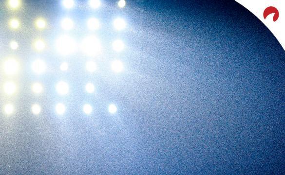 Los focos de un estadio de fútbol iluminados. Descubre los pronósticos y cuotas del Toluca Vs Club Puebla de la Liga MX.