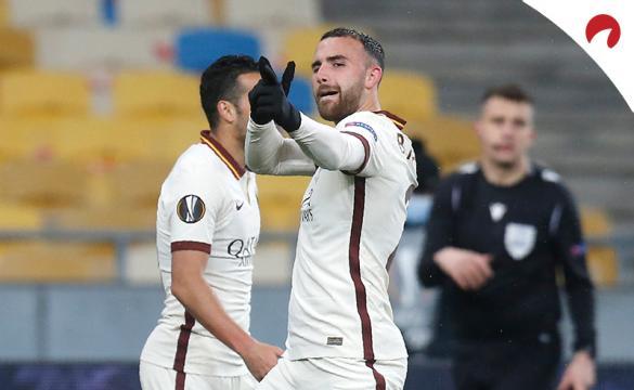 Borja Mayoral celebra un gol disparando al cielo. Conoce los pronósticos y las cuotas del Roma Vs Napoli de la Serie A.