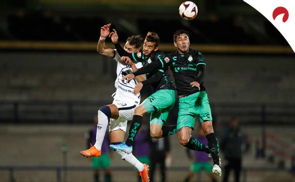 Ronaldo Prieto y Juan Otero tratán de despejar un balón de cabeza. Conoce las cuotas del Santos Laguna Vs Club León.
