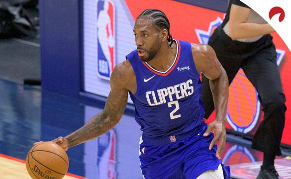 Kawhi Leonard inicia una jugada con los Clippers. Conoce las cuotas para el Clippers Vs Hawks de la NBA