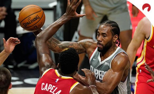 Kawhi Leonard trata de dar una asistencia en su último partido. Conoce las cuotas del Spurs Vs Clippers de la NBA.