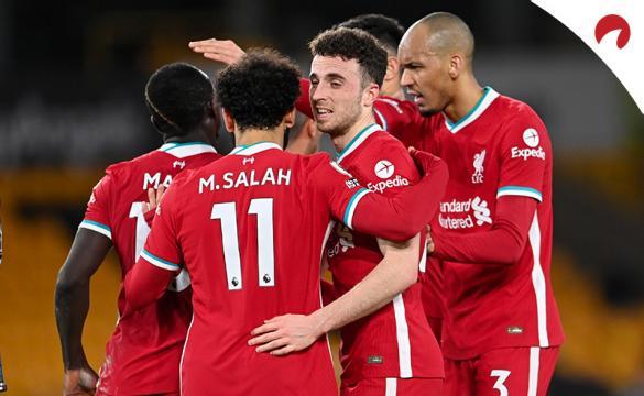 Diogo Jota, Salah y otros jugadores del Liverpool se abrazan. Conoce las cuotas del Arsenal Vs Liverpool.