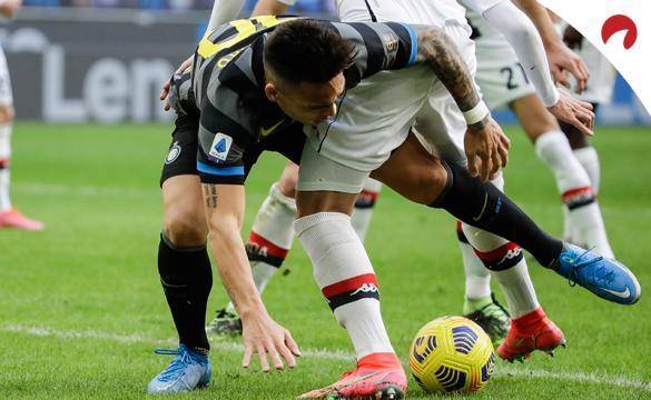 Lautaro Martínez pelea por un balón ante un rival. Conoce las cuotas del Bolonia Vs Inter de la Serie A TIM