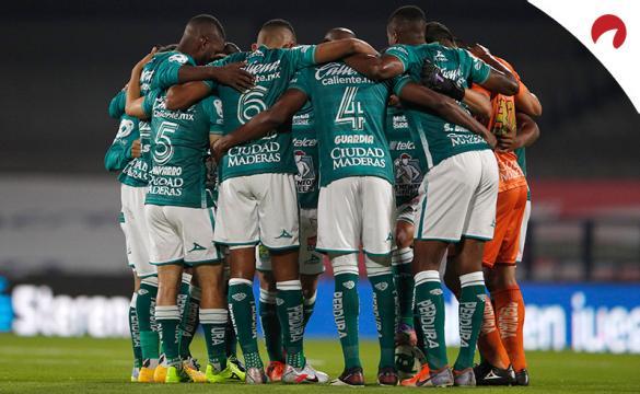 Los jugadores de Club León se abrazan antes de un partido. Encuentra los pronósticos del Club León Vs Toluca.