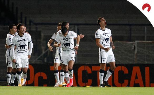 Juan Dinenno celebra con sus compañeros tras anotar de penalti. Conoce los pronósticos del Pumas UNAM Vs Pachuca.