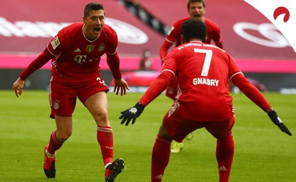 Robert Lewandowski corre a abrazar a Gnabry. Conoce las cuotas y pronósticos del RB Leipzig Vs Bayern Múnich.