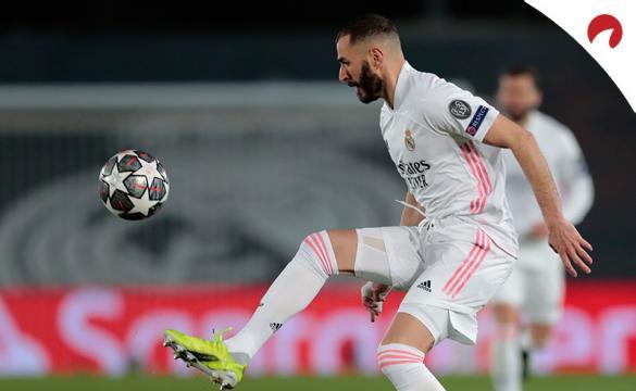 Karim Benzema controla un balón. Conoce las cuotas y pronósticos del Real Madrid Vs Liverpool.