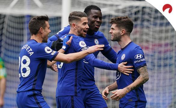 Christian Pulisic celebra un gol con sus compañeros. Conoce las cuotas del Porto Vs Chelsea.