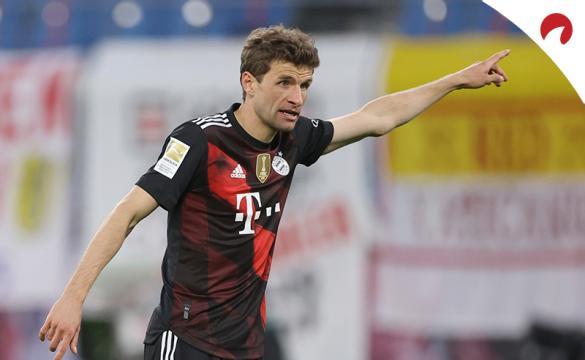Thomas Müller levanta un brazo dando órdenes. Conoce las cuotas del Bayern Múnich Vs Union Berlin.