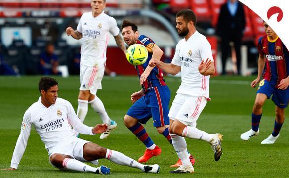 Messi trata de filtrar un balón entre Nacho y Varane. Conoce las cuotas del Real Madrid Vs Barcelona