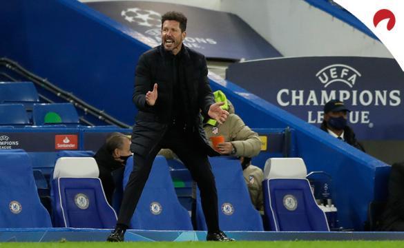 Simeone dirige a sus jugadores. Conoce las cuotas y pronósticos del Betis Vs Atlético de Madrid.