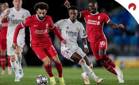 Salah y Vinicius disputan un balón. Ambos serán claves en las cuotas del Liverpool Vs Real Madrid